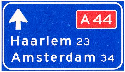 Lage beslissingwegwijzer langs autosnelweg voor de doorgaande richting, met interlokale doelen en routenummer autosnelweg