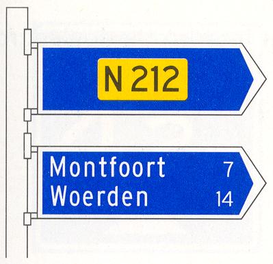 Beslissingswegwijzer langs niet-autosnelweg met interlokale doelen en routenummer niet-autosnelweg