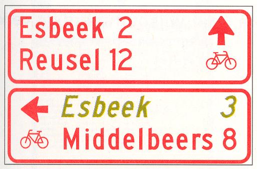 Wegwijzer voor fietsers en bromfietsers (stapelbord), met interlokale doelen en een via een alternatieve route te bereiken doel (cursief)